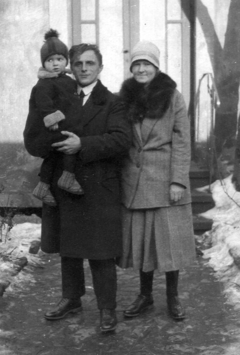 December 1927, Otto Johannes and Emma Camilla [Hartmann] Doelling and daughter, Martha Elizabeth Doelling ready to depart Germany for America.